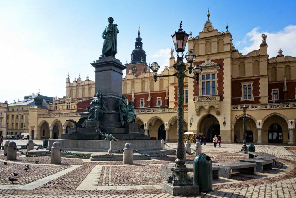 kraków na weekend - Pomnik Adama Mickiewicza na Rynku Głównym w Krakowie