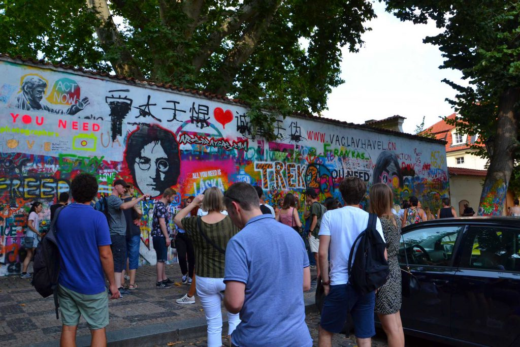 Praga - ściana Johna Lennona